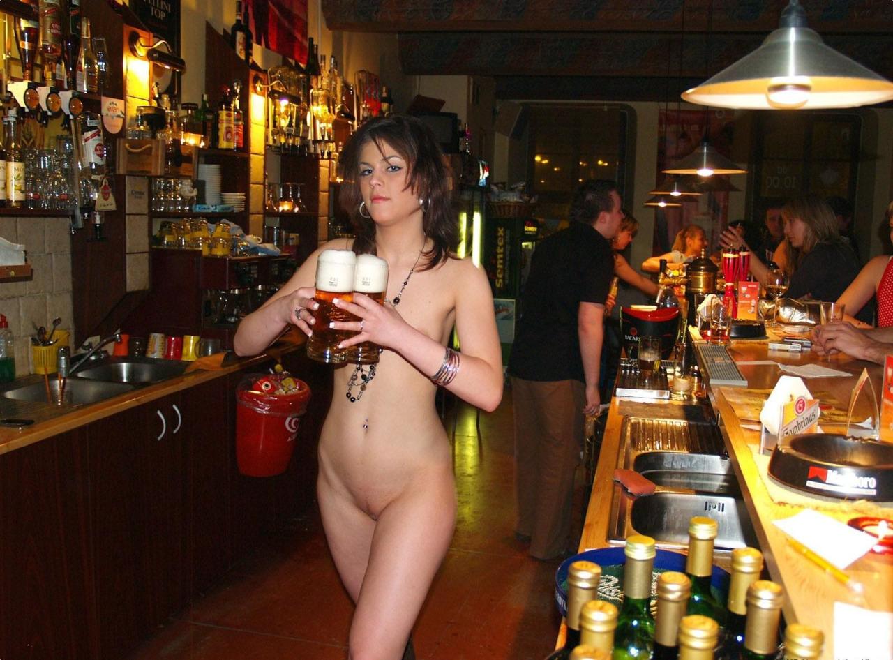 голая женщина в баре порно очень