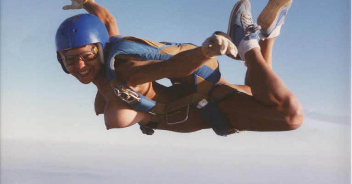 chicks-women-naked-skydiving-black-men